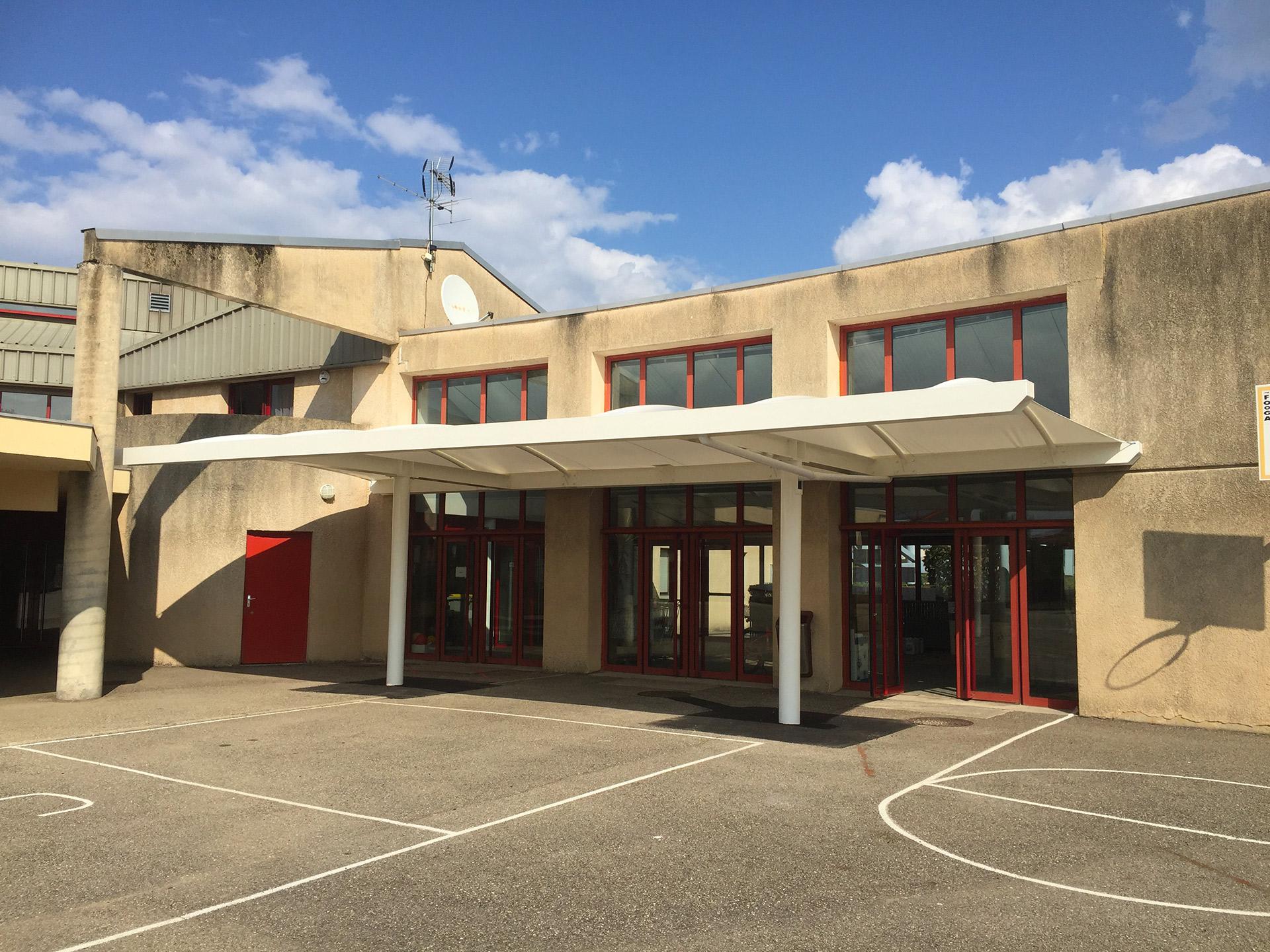 Texabri construit le préau de l'école de l'Isle d'Abeau